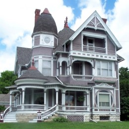 Wooden_Queen_Anne_house_in_Fairfield,_Iowa